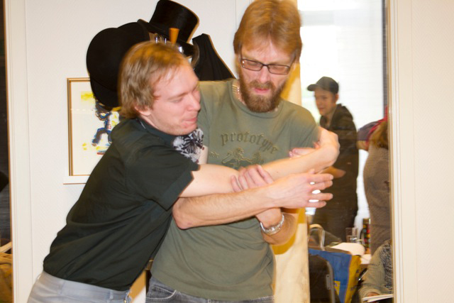Brorsonen Fred (Mats Svensk) ger en julkram till motvillif morbror Acrooge (Göran Lidemalm)