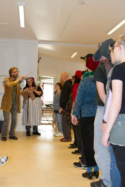 Nutidens Ande (Anki Wede) lär Scrooge hur man leder en riktig julkör (Kören Con Spirito)