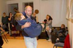 Bob Chratchit (Ola Kagebäck) bär sin handikappade son (Albin Johansson) som somnat på julnatten.