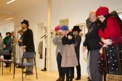 Scrooge sjunger ut sin sorg vid kompanjonen Marleys kista, medan trashankarna på gatan gör allt för att hålla värmen
